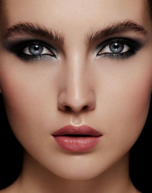 far kullanımı ile koyu renk göz makyajı