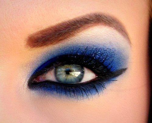 sade mavi göz makyajı