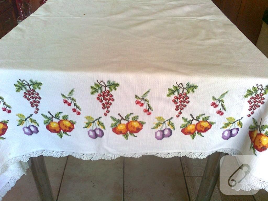 Eski kanaviçeden masa örtüsü