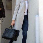 Lacivert pantolon, beyaz gömlek ve gri ceket kombini