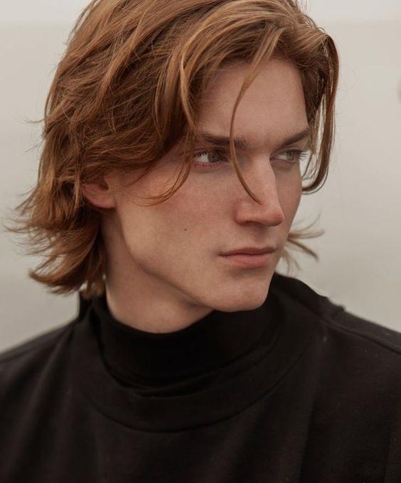 Geniş alınlı erkekler için uzun saç modelleri