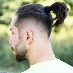 Düz saç topuz modelleri erkek tasarımları arasında yer alan yarım saç bağlama, oldukça tarz ve modern demi