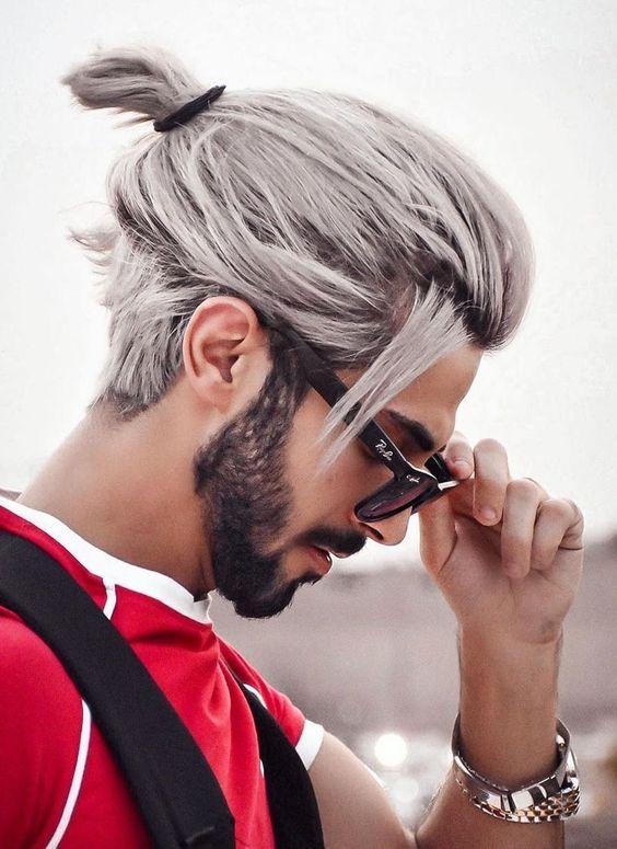 Erkek saç modelleri arasında bu senenin saç modeli olarak sakal ile farklı renklerde erkek topuz görüyoruz
