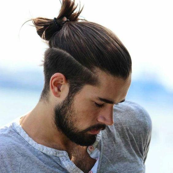 Yarım saç toplama erkeklerde son dönem,in en trend erkek saç modeli diyebiliriz. Bu modelde saçların alt kısmı kısa, üst kısmı ise yarım topuz olarak kullanılmaktadır.