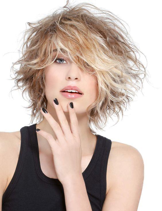 Dalgalı kısa katlı saç modelleri
