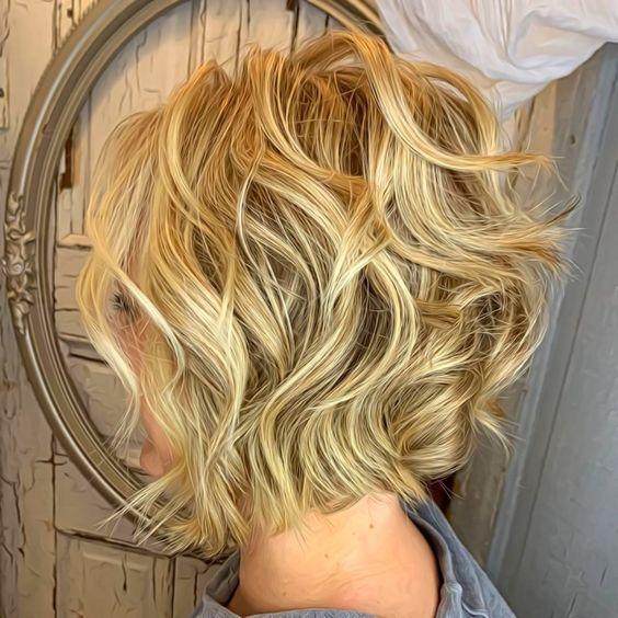 Dalgalı saç kısa kesim modelleri