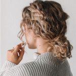 Kıvırcık kısa saç topuz modelleri